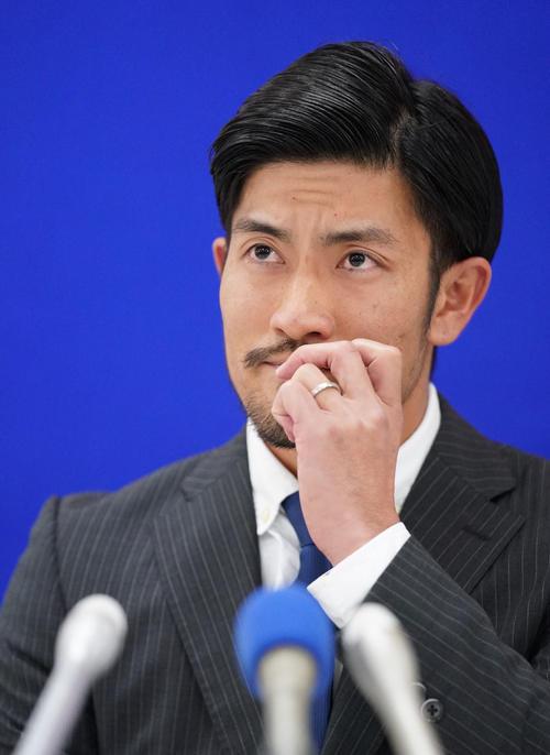 契約更改を終え会見の席に着く中日祖父江(撮影・森本幸一)