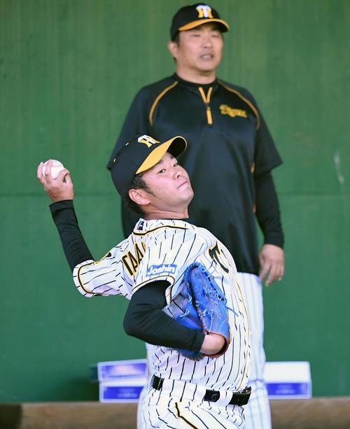 山本昌臨時コーチの見守る中、変化球を投げる高橋(撮影・前岡正明)