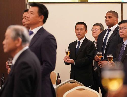 納会に出席した中日ビシエド(右から2人目)。手前左から白井オーナー、与田剛監督(撮影・森本幸一)