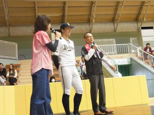 大阪・豊中市でトークイベントに参加したオリックス安達(左から2人目)(撮影・堀まどか)