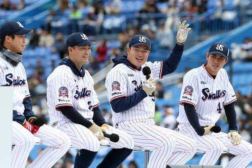 ヤクルト「ファン感謝デー2019」でのトークショーで笑顔を見せる村上(左から3人目)。左から山田哲、青木、1人おいて太田(撮影・狩俣裕三)