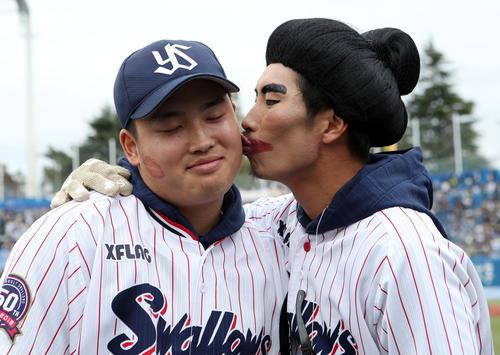 ヤクルト「ファン感謝デー2019」で仮装をした上田(右)からキスされる村上(撮影・狩俣裕三)