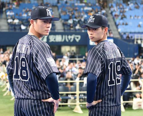 新背番号を披露する山本由伸(左)と山岡泰輔(撮影・渦原淳)