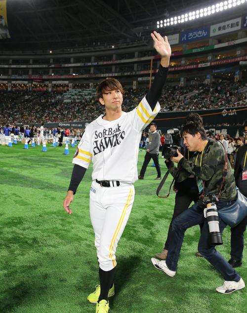 ファンフェスティバルのサイン会後、ファンに手を振る福田秀平 (撮影・菊川光一)