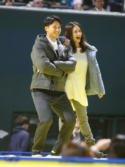 ファンフェスティバルのファッションショーでモデルとポーズを決める高橋純平 (撮影・菊川光一)