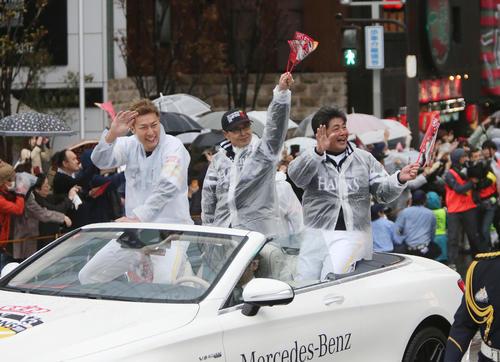 ソフトバンクの日本一パレードで沿道のファンに手を振る柳田、王球団会長、工藤監督(左から) (撮影・菊川光一)