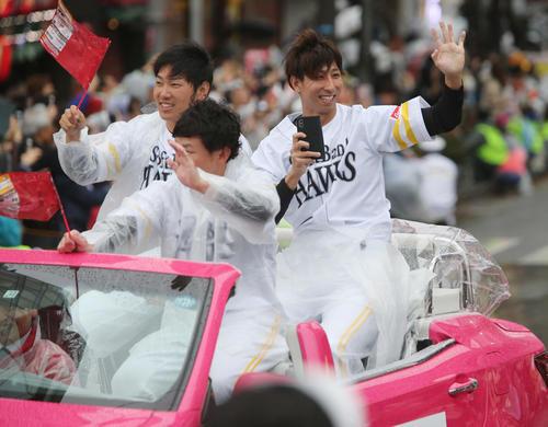 ソフトバンクの日本一パレードで沿道のファンに手を振る福田(右端) (撮影・菊川光一)