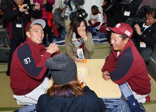 こたつでファンとふれ合う楽天嶋(左)と渡辺直(撮影・横山健太)