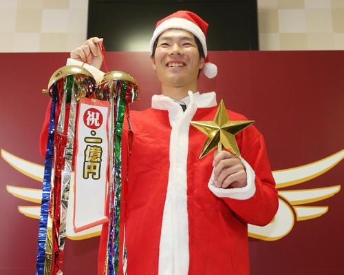 年俸1億円で契約更改を終え、サンタクロースに扮(ふん)し笑顔を見せる楽天島内(撮影・野上伸悟)