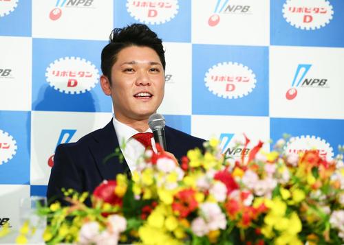 MVP受賞の喜びを語る巨人坂本勇(撮影・足立雅史)