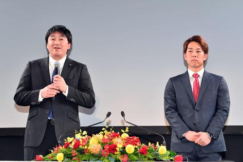 楽天入団会見に臨む鈴木(右)。左は石井GM(撮影・滝沢徹郎)