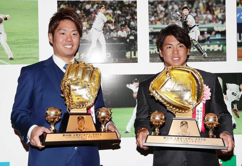 三井ゴールデン・グラブ賞をバッテリーで受賞して写真に納まる西(左)と梅野(撮影・丹羽敏通)