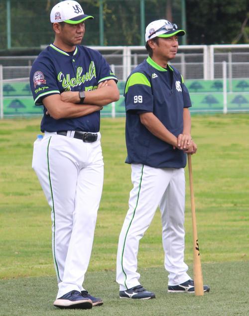 10月26日、秋季練習で選手の動きを見つめながら話すヤクルト宮出コーチ(左)と高津監督