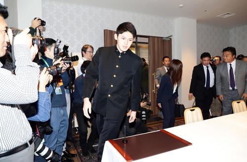 ロッテとの契約交渉の席に向かう大船渡佐々木(撮影・浅見桂子)