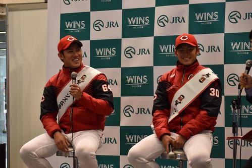 ウインズ広島で行われたトークショーに参加した中村恭(左)と一岡