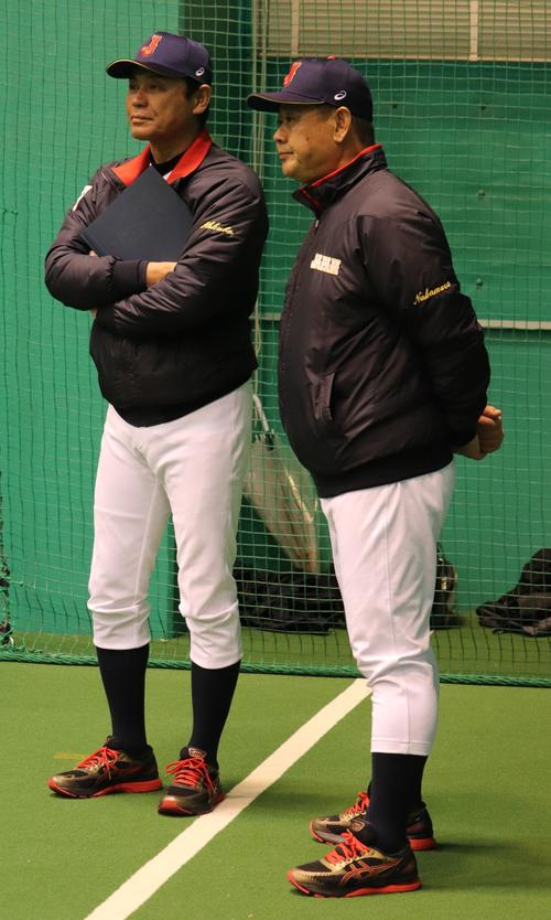 練習を見守る大久保監督(左)と、選考委員の日大・仲村監督(撮影・古川真弥)