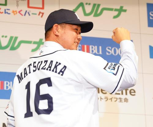 14年ぶりに西武に復帰する松坂は、入団会見で背番号16のユニホームに袖を通し笑顔でガッツポーズを見せる(撮影・菅敏)