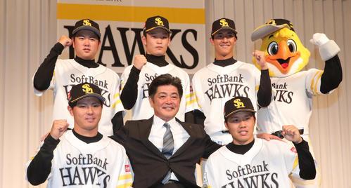 ソフトバンク新入団選手は工藤監督と記念撮影。前列左から佐藤、1人おいて海野、後列左から津森、小林、柳町(2019年12月5日)