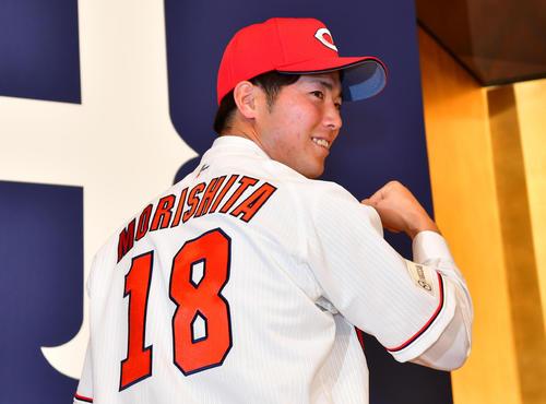 広島の入団選手発表ユニホームに袖を通す森下暢仁(2019年12月9日)