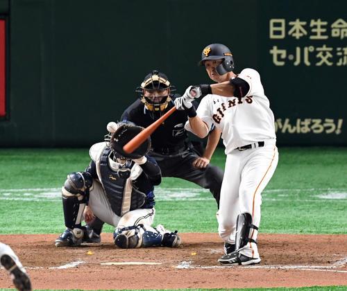 6月19日の巨人対オリックス 7回裏巨人1死一塁、右越えに今季1号の同点2点本塁打を放つ代打中島(撮影・たえ見朱実)