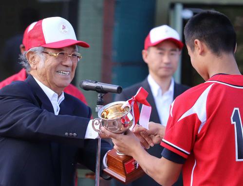 選手を表彰する日本中学生野球連盟・志太会長(左)