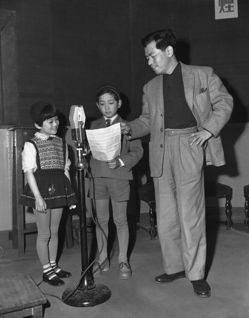 松島トモ子(松島とも子)と一緒に吹き込みする小畑やすし、右は作曲家の古関裕而氏(1955年3月15日撮影)