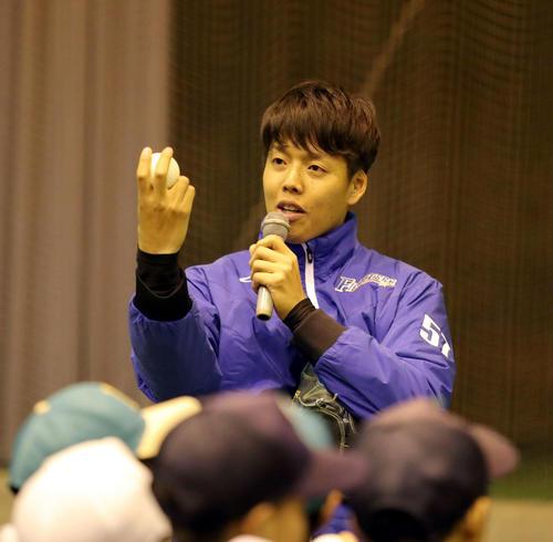 北海道胆振東部地震の被災地訪問で児童たちにボールの握り方を教える日本ハム杉浦(撮影・佐藤翔太)