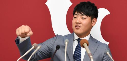 契約更改後の会見でメロンについて熱く語る巨人岡本(2019年12月3日)