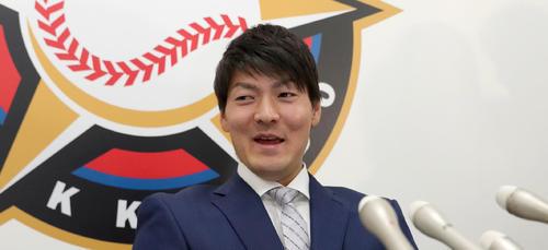 契約更改交渉を終え笑顔で会見に臨む日本ハム有原(2019年12月4日)