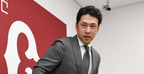 契約更改後の会見を終えて引き揚げる巨人中島(2019年12月3日)