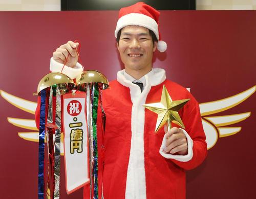 年俸1億円で契約更改を終え、サンタクロースに扮し笑顔を見せる楽天島内(2019年11月26日)