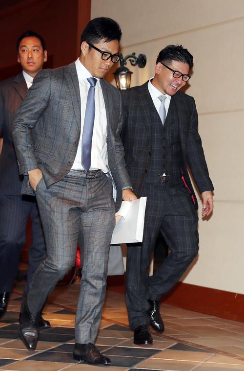 日本プロ野球選手会通常総会に出席する楽天則本(手前左)と会沢(右)(撮影・前田充)