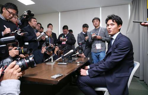契約更改を終え報道陣に話す藤浪(撮影・上山淳一)