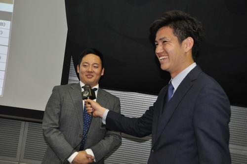 ミズノアンバサダーズミーティング恒例のリレーインタビューでソフトバンク高橋礼(右)は楽天松井にインタビューする
