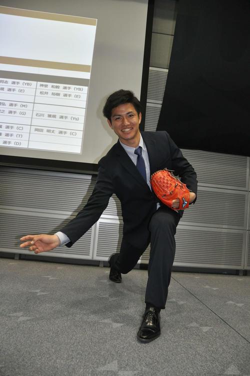 ソフトバンク高橋礼はミズノ社が作ったユニホーム素材のスーツを着てアンダースローを披露する