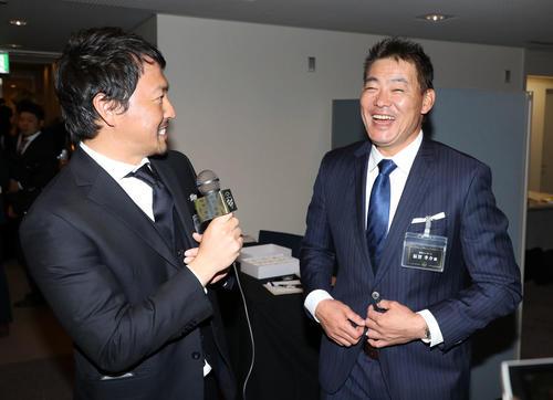 ミズノ社のブランドアンバサダーズミーティングで長野(左)からインタビューを受け笑顔を見せる福留(撮影・加藤哉)