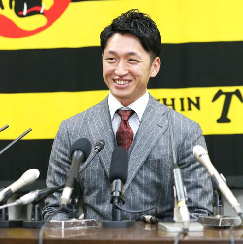 2019年12月6日 契約更改を終えた近本光司は報道陣に笑顔で話す(撮影・上山淳一)