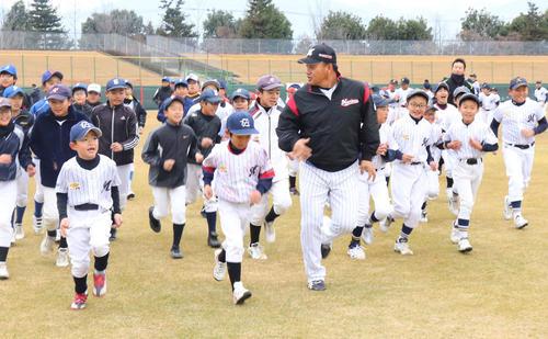 参加した87人の児童とランニングするロッテ井口監督(手前右)(撮影・久永壮真)