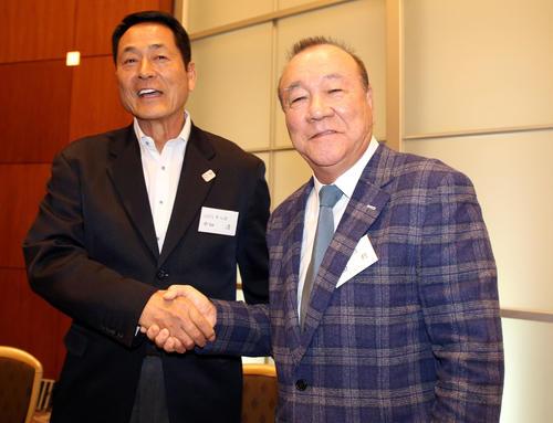 巨人OB会総会で、柴田勲氏(右)と中畑清氏は笑顔で握手(撮影・浅見桂子)