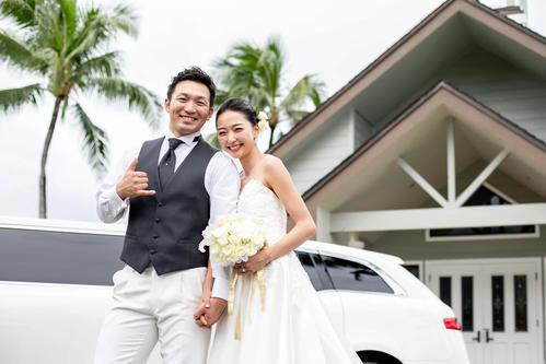 ハワイで挙式を行った広島鈴木と畠山愛理(スポーツバックス提供)