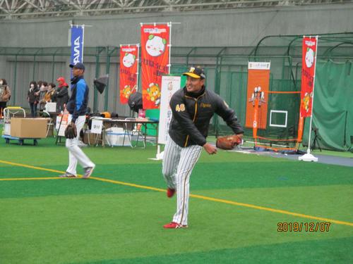 阪神秋山は、野球教室で笑顔を見せる(撮影・只松憲)