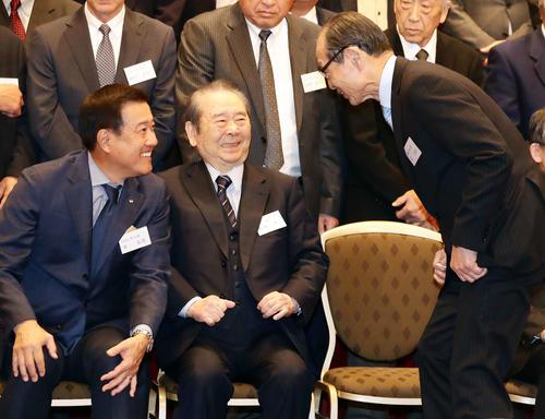 巨人OB会総会で談笑する原監督(左)と王顧問。中央は松田オーナー代行(撮影・浅見桂子)