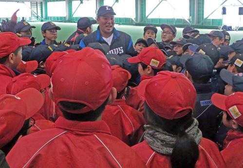 球児たちに囲まれながら質問に答える西武山川(中央)(撮影・湯本勝大)