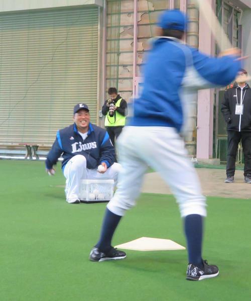 野球教室でトスを上げる西武山川(撮影・湯本勝大)