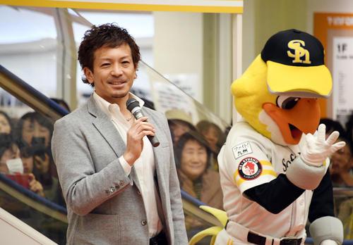トークショーの最後に「来年は北九州で3連戦やりたい」と語る松田宣浩とハリーホーク(撮影・今浪浩三)