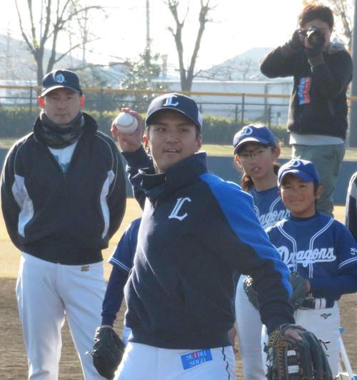 子供たちの前でキャッチボールの手本を示す西武山田