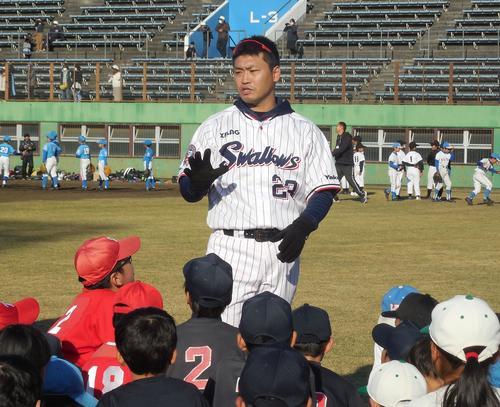 野球教室で外野手を集めて話すヤクルト青木(撮影・保坂恭子)