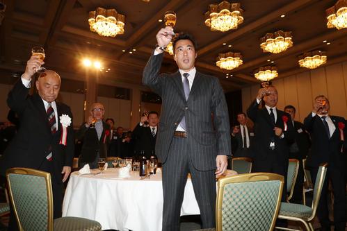 引退パーティーで乾杯する上原氏、左は大体大硬式野球部の藤瀬OB会長(撮影・加藤哉)