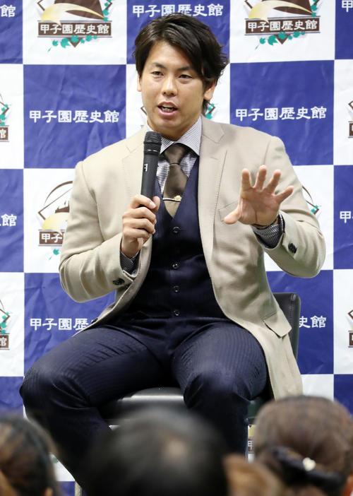 甲子園歴史館トークショーで講演する梅野(撮影・加藤哉)