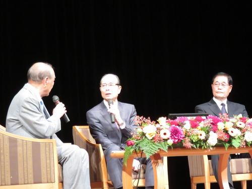 川上哲治氏の生誕100年記念トークショーで語る王会長(中央)と末次氏(撮影・寺尾博和)